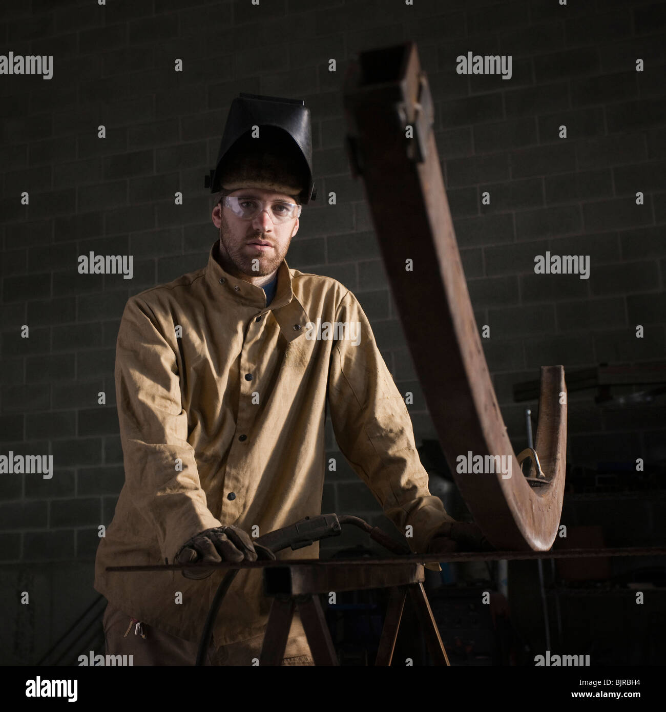 Stati Uniti d'America, Utah, Orem, ritratto del saldatore maschio in officina Immagini Stock
