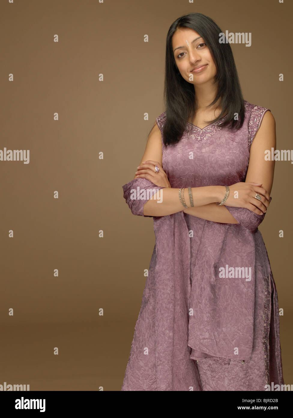 Donna che indossa un sari Immagini Stock