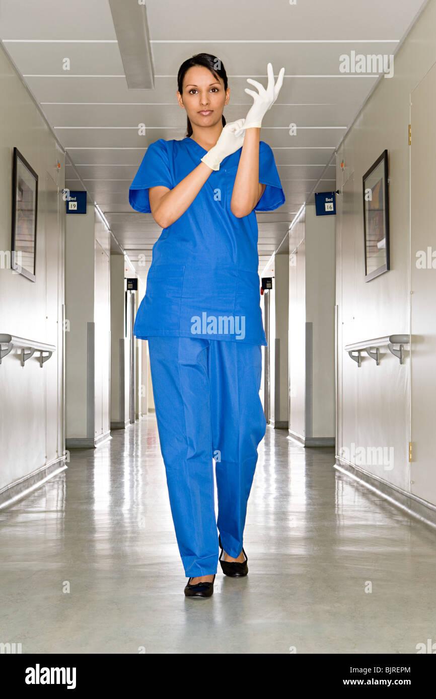 Medico chirurgo in un corridoio hosiptal Immagini Stock