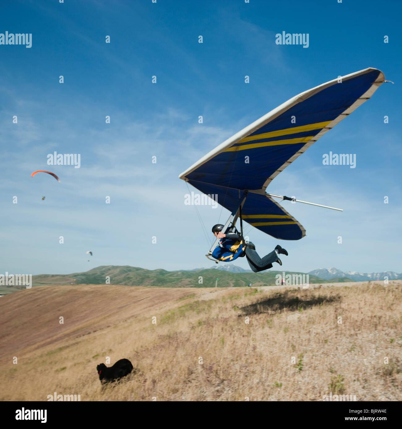 Stati Uniti d'America, Utah, Lehi, giovane uomo prendendo il largo con deltaplano Immagini Stock