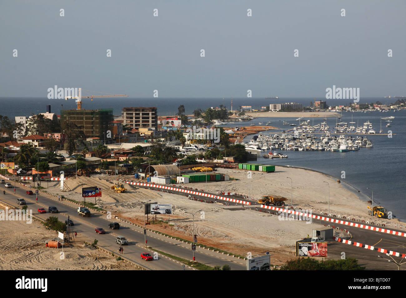 La strada principale che conduce fino a la Ilha e Marina. Come si vede dalla Fortaleza de Sao Miguel. Luanda. Angola. Immagini Stock