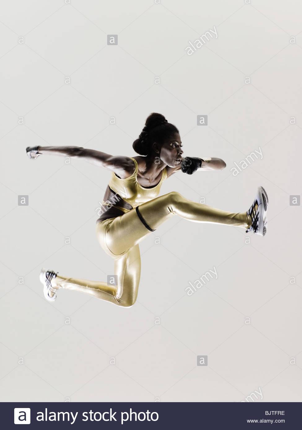 Un atleta jumping Immagini Stock
