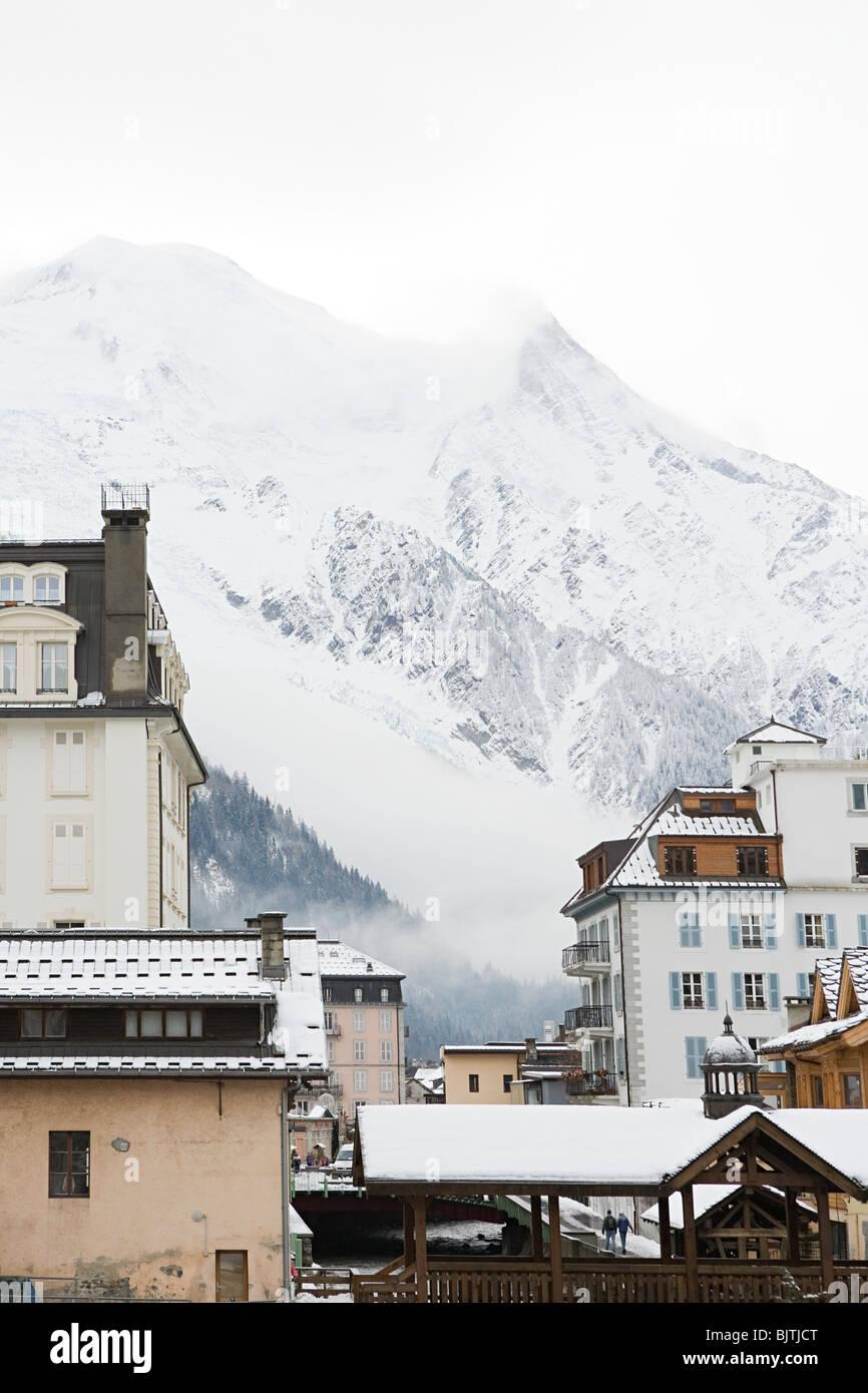 Montagna e edifici di Chamonix Immagini Stock