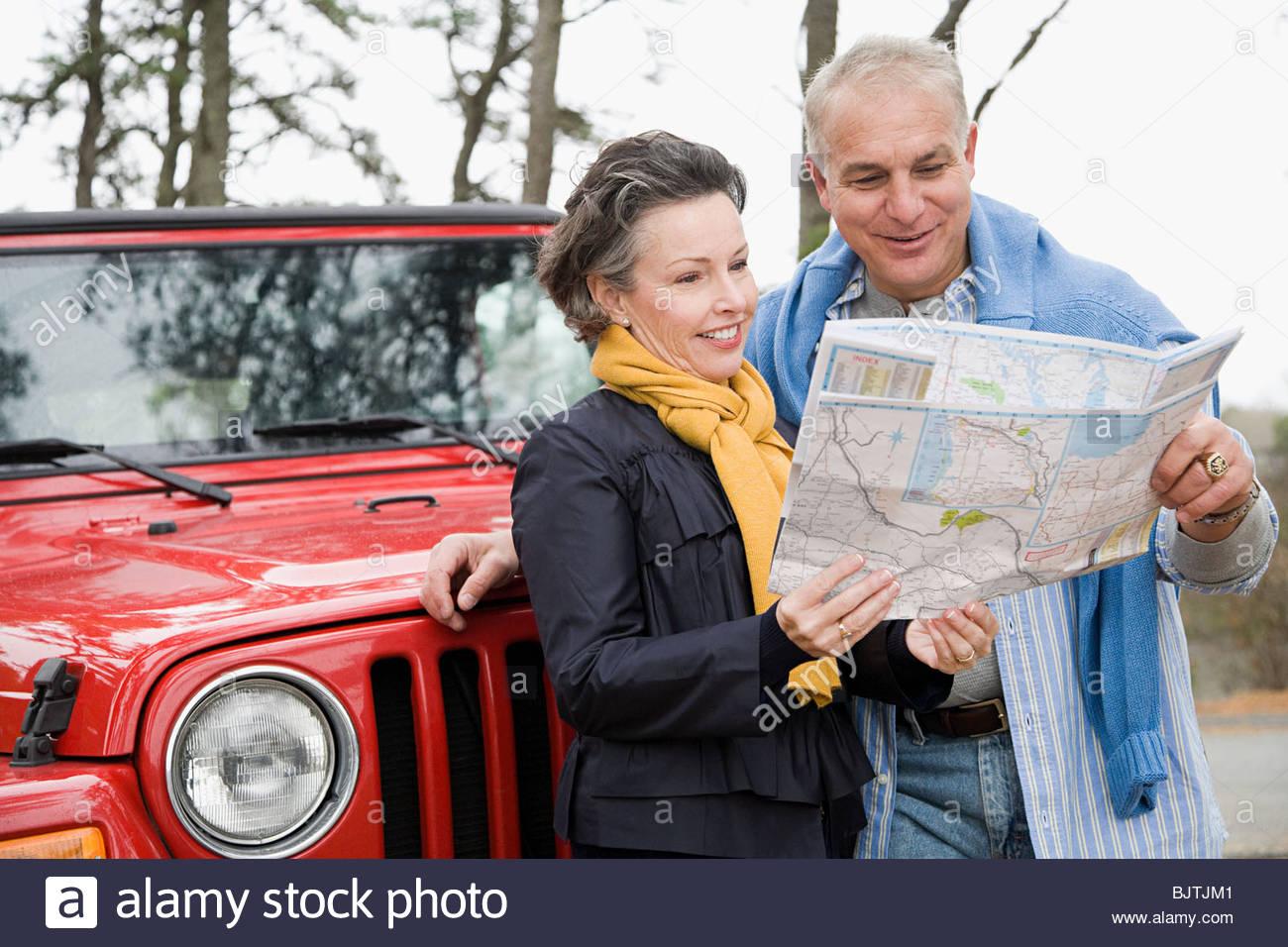 Coppia matura guardando alla mappa Immagini Stock