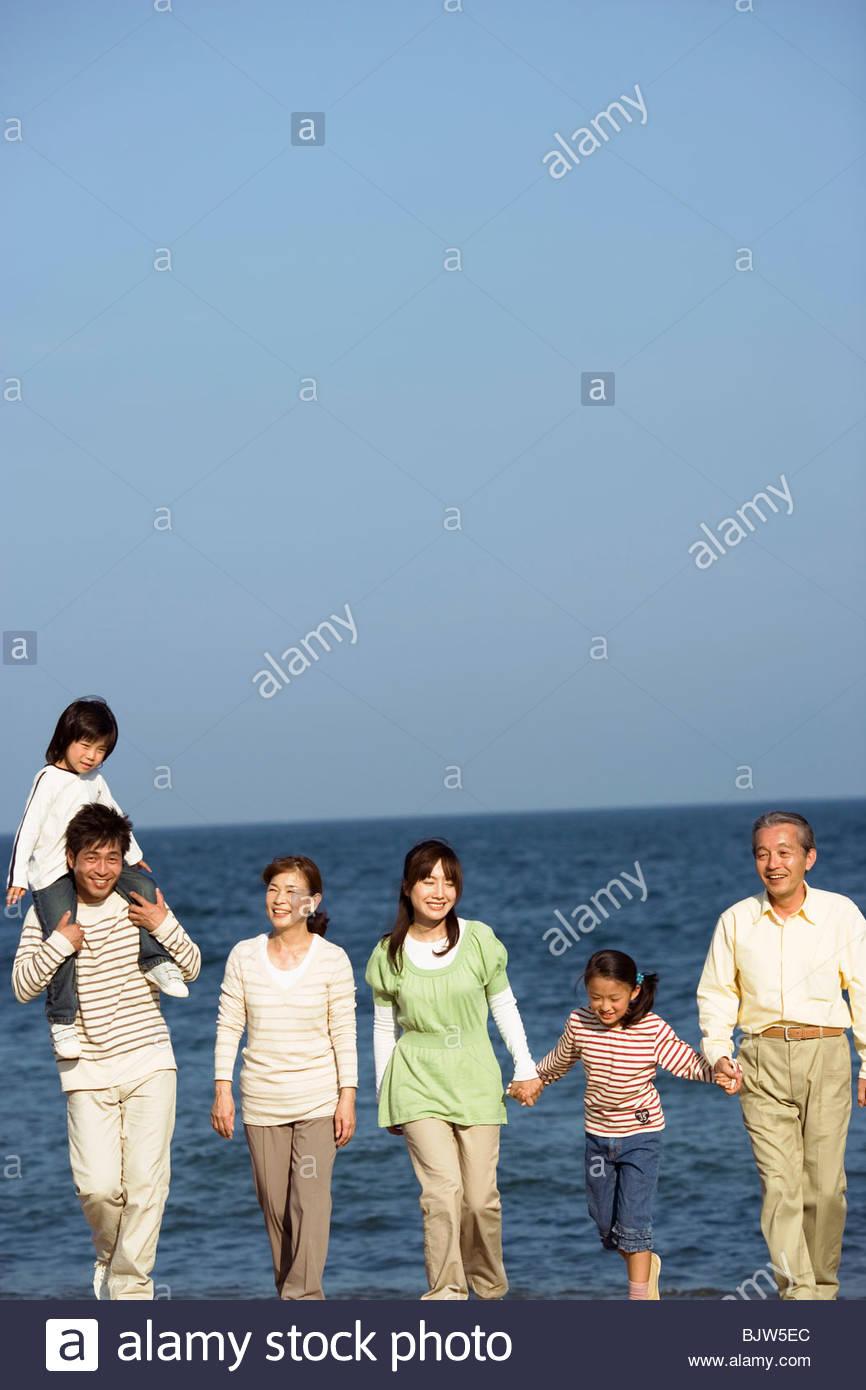 Multi-generazionale famiglia in spiaggia Foto Stock