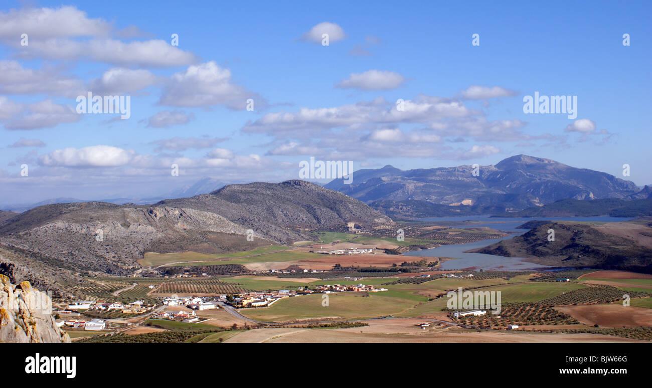 Paesaggio andaluso Lake District dal castello di TEBA Immagini Stock