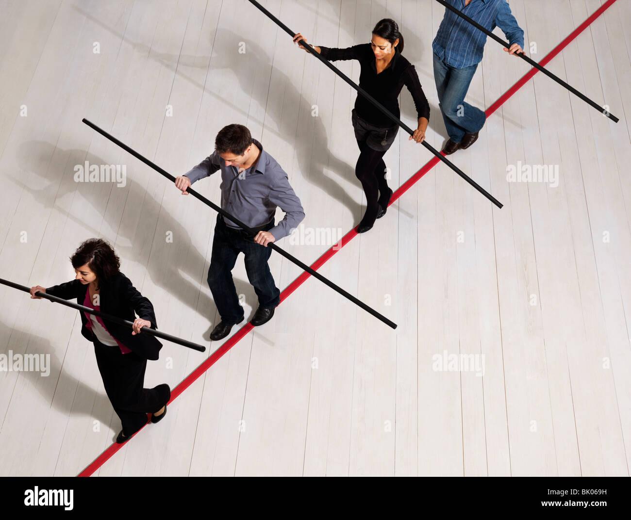 Persone bilanciamento sulla sottile linea rossa Immagini Stock
