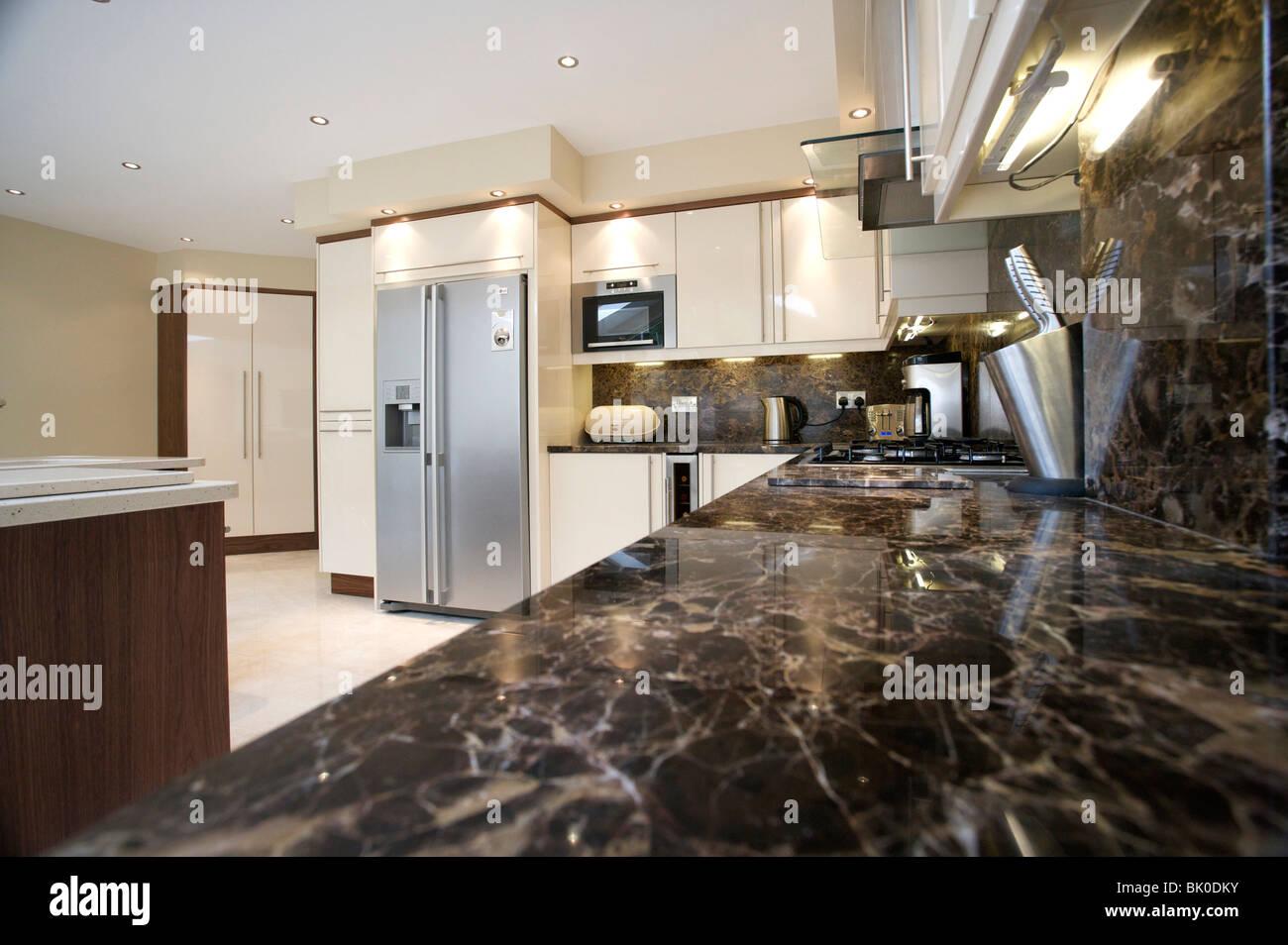 Luminosa e moderna cucina / soggiorno con cucina attrezzata e ...
