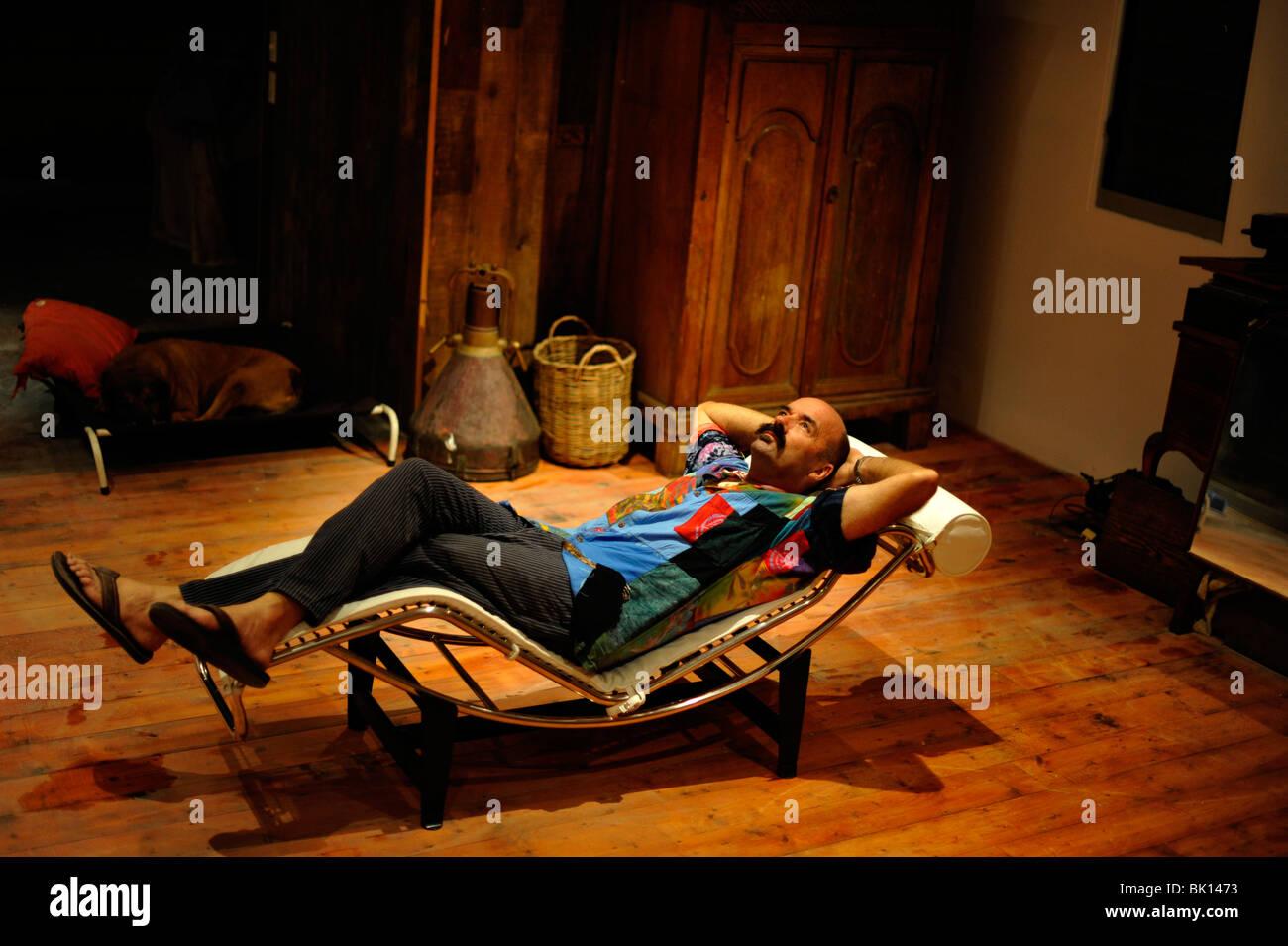 Un uomo rilassante su un le corbusier sedia foto & immagine stock