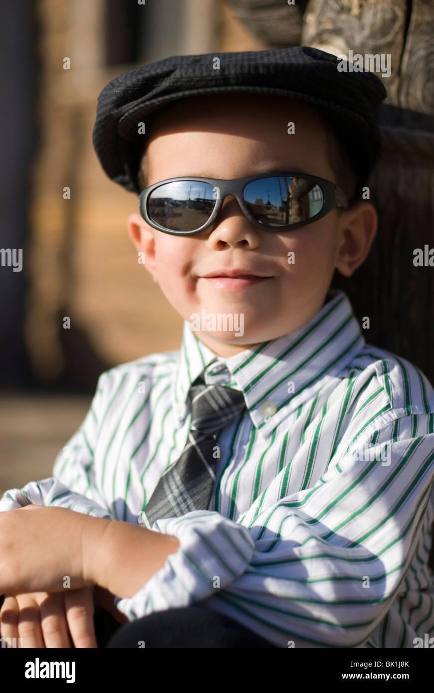Un simpatico 2-4 anni di razza mista ragazzo che indossa un cappello e  occhiali da sole(rilasciato) 80669b147b06