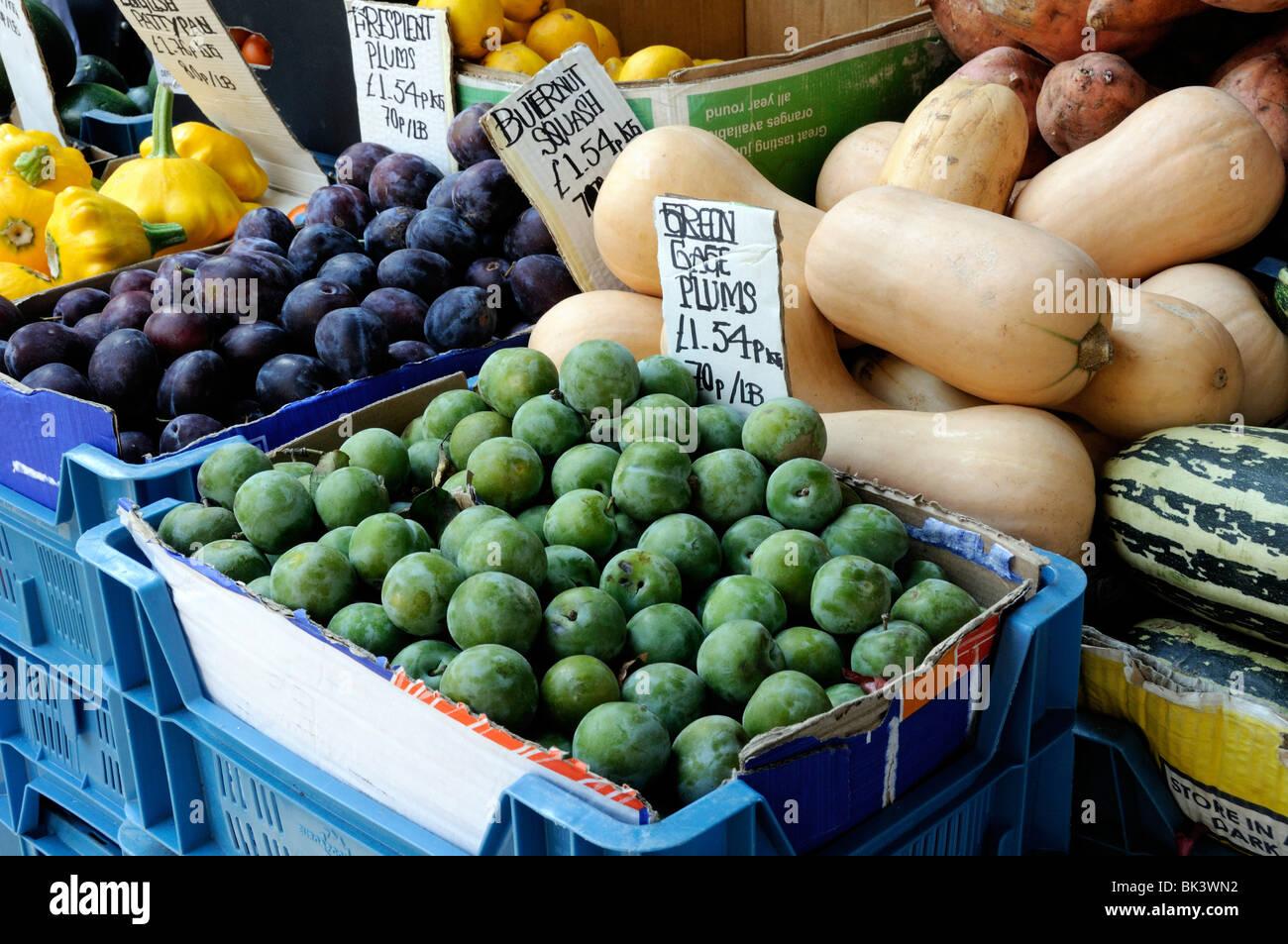 Indicatore verde o Greengage prugne per la vendita su pressione di stallo Foto Stock