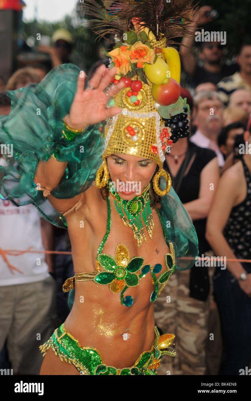 Brasiliano ballerina di Samba al Karneval der Kulturen, il Carnevale delle culture di Berlino, quartiere di Kreuzberg, Immagini Stock