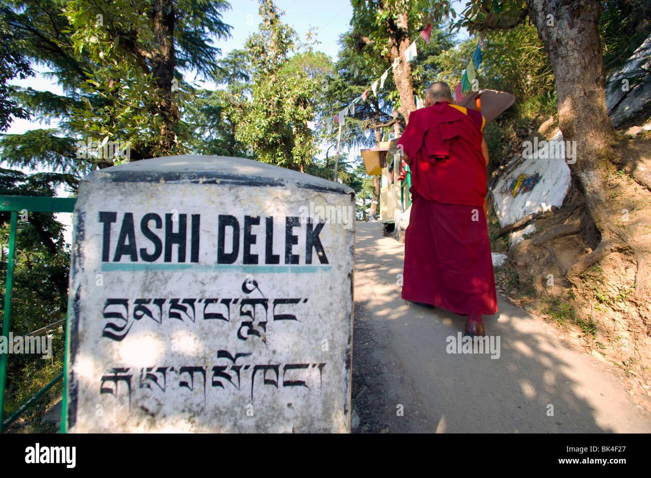 Segno di benvenuto lungo il sentiero di meditazione in Dharamsala, India Immagini Stock