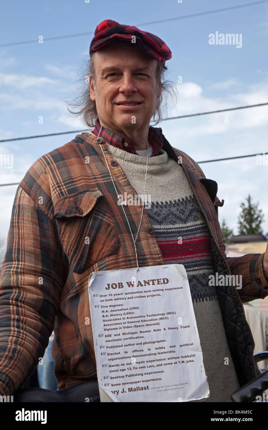 Uomo cerca lavoro ad un Tea Party Express rally nella zona suburbana di Detroit. Immagini Stock