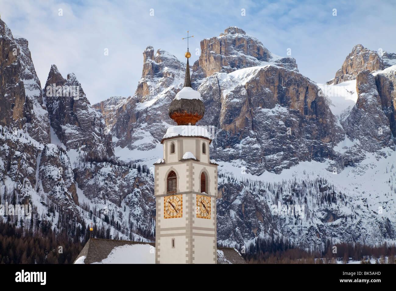 La chiesa e il paese di Colfosco in Badia e il massiccio del Sella gamma di montagne, Alto Adige, Trentino Alto Immagini Stock