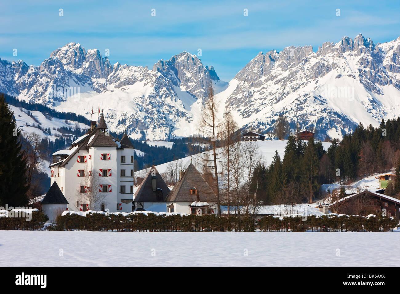 Kitzbuhel e la catena montuosa di Wilder Kaiser, Tirol, Alpi austriache, Austria, Europa Immagini Stock