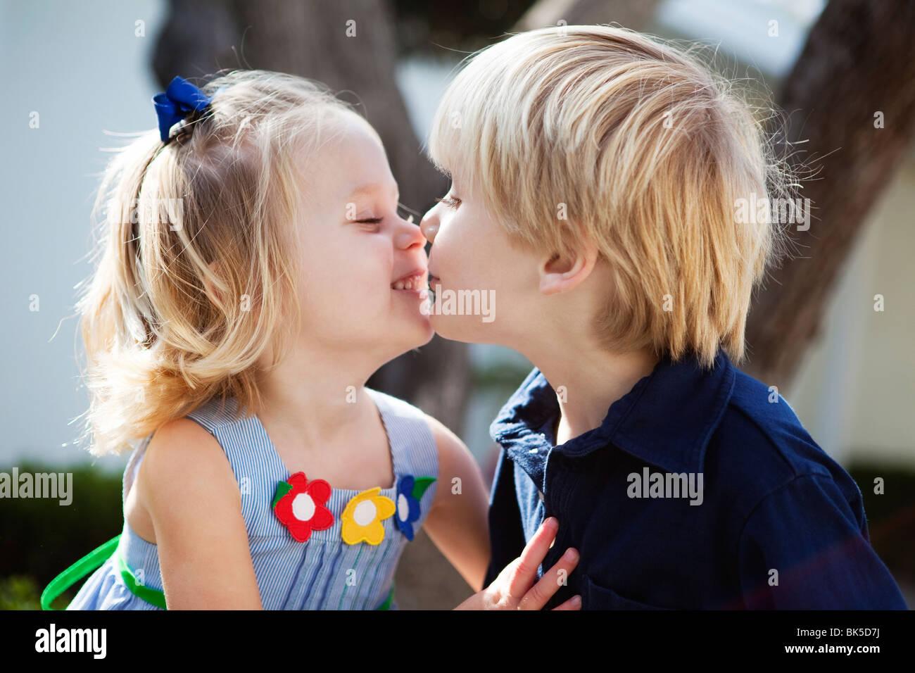 Ragazzo e una ragazza dando eschimese baci Immagini Stock