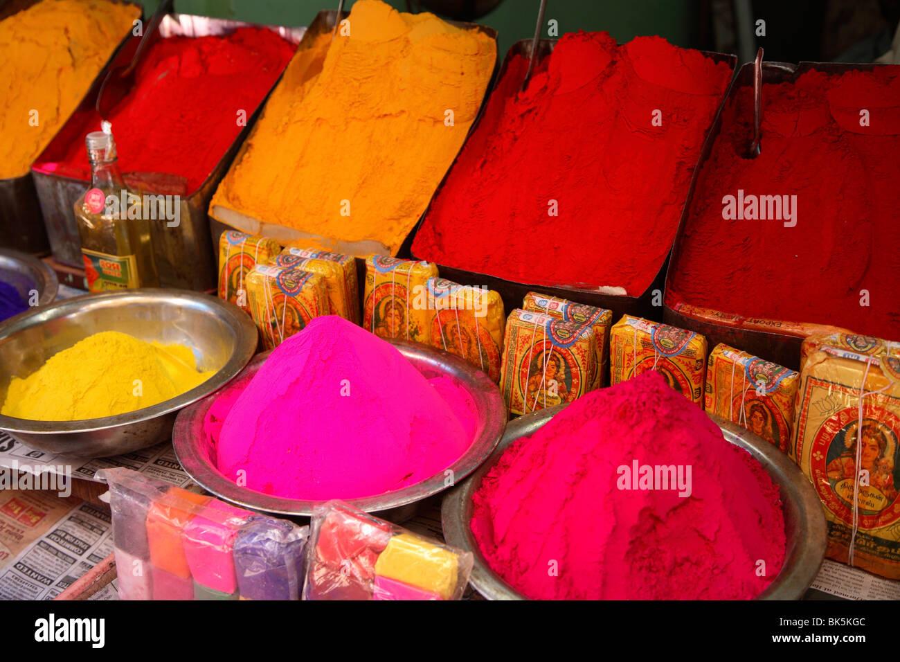 Colorate polveri a base di erbe nel mercato di Mysore, India, Asia Immagini Stock