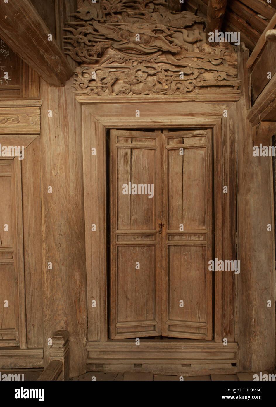 Porte in legno di Dinh Tay Dang, Ha Tay provincia, Vietnam, Indocina, Asia sud-orientale, Asia Immagini Stock