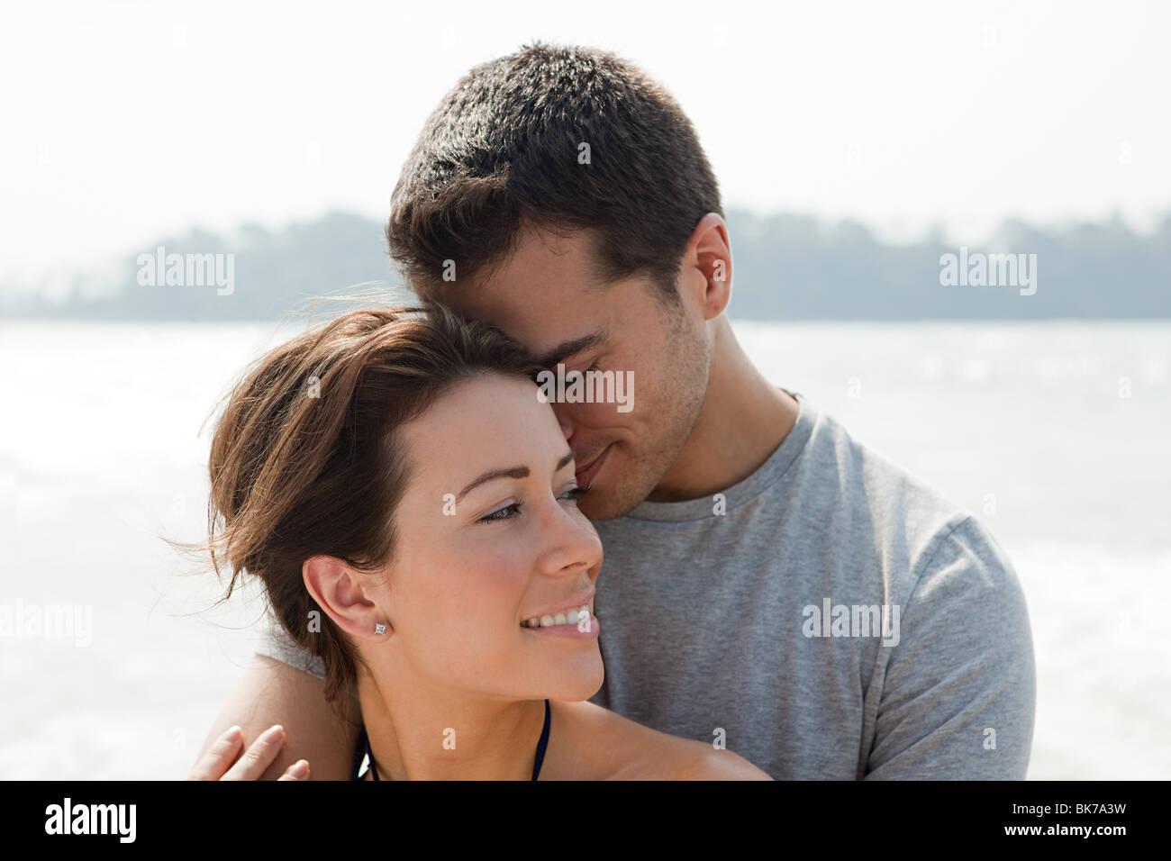 Amare giovane in riva al mare Immagini Stock