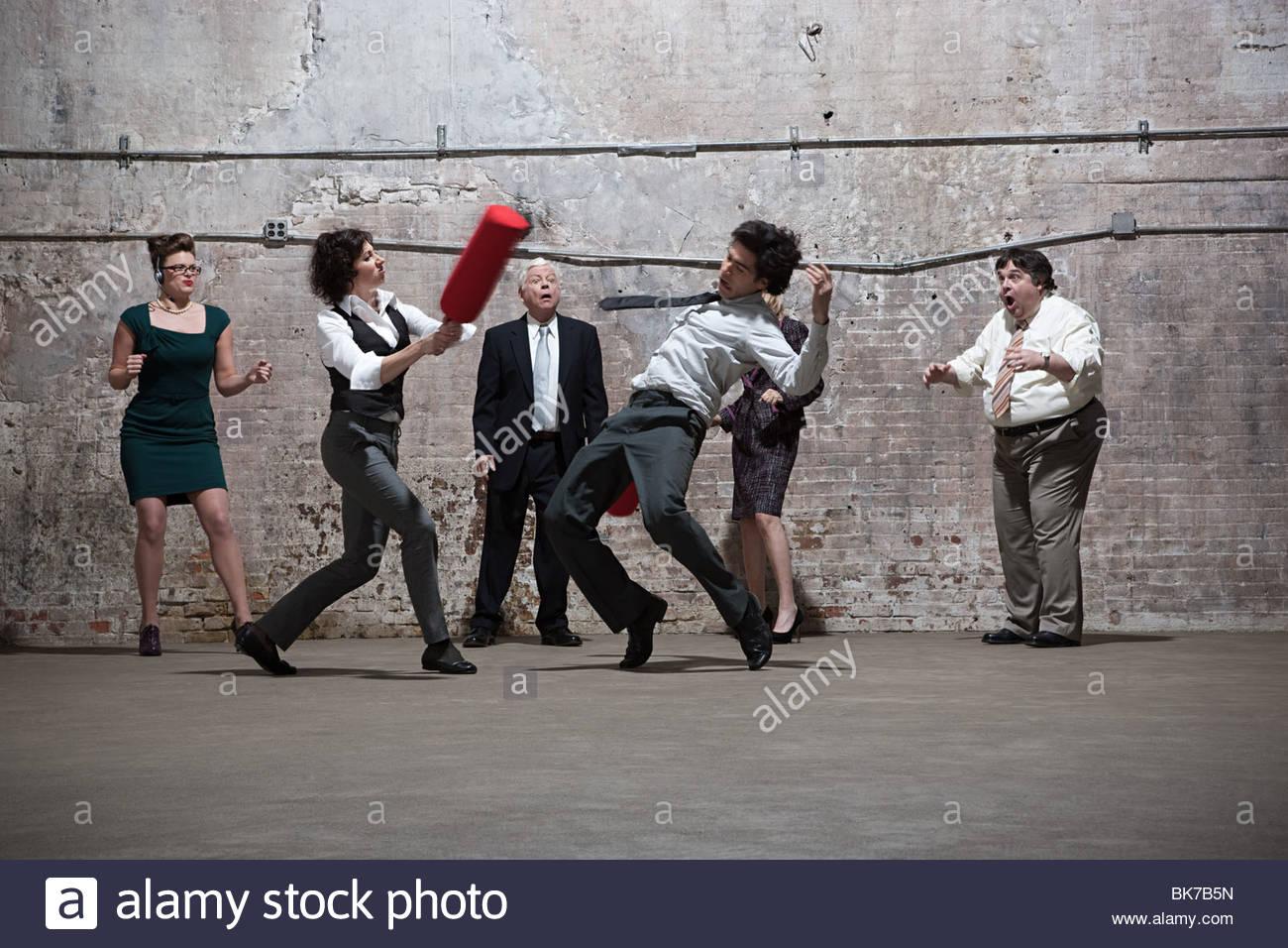 Persone che lottano in magazzino Immagini Stock