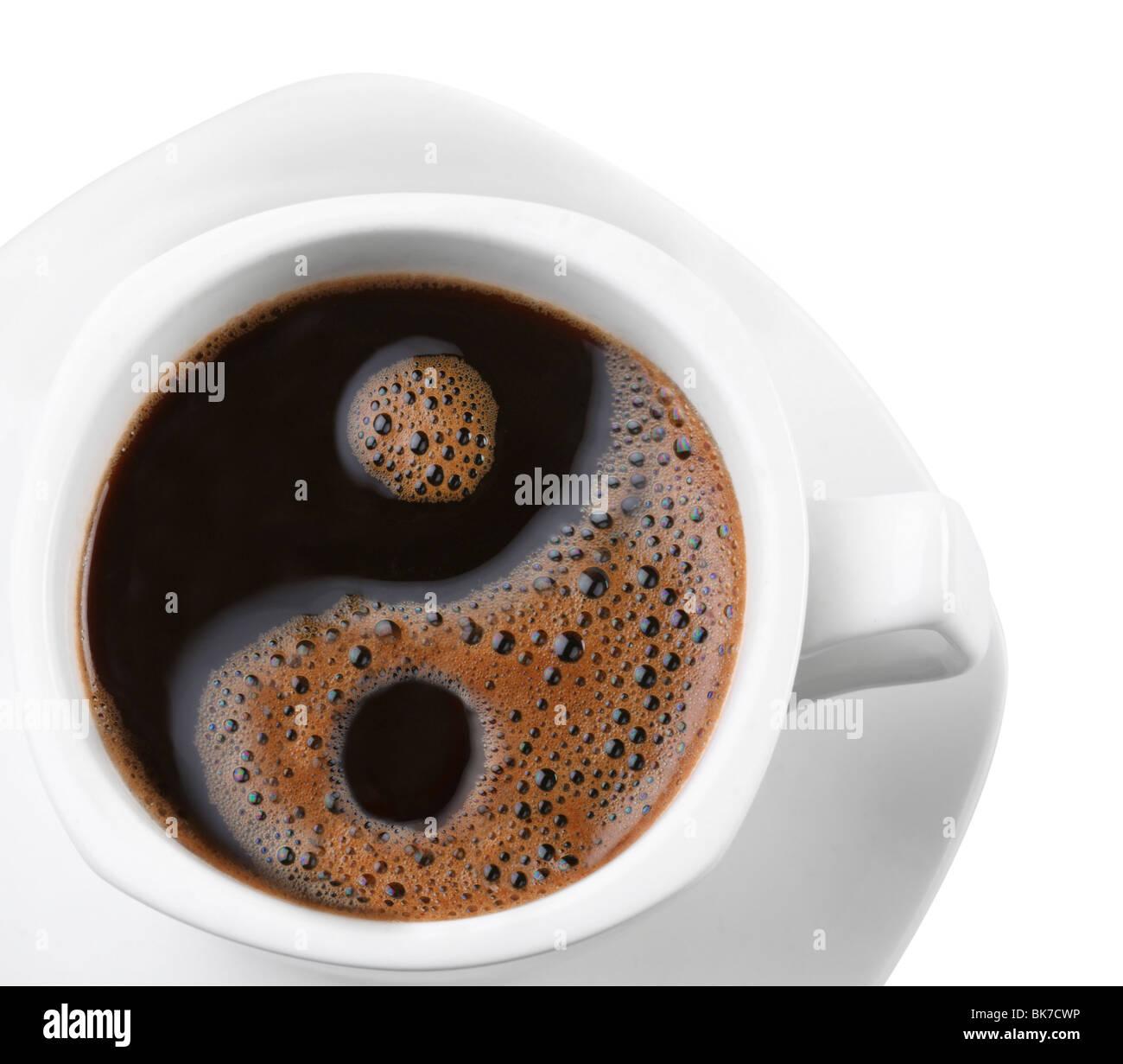 Schiuma in una tazza di caffè come un simbolo di yin yang Immagini Stock