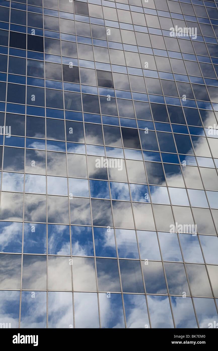 La riflessione del cielo in windows di edificio per uffici Immagini Stock