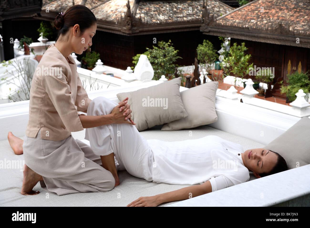 Massaggio tailandese al Dheva Spa presso il Mandarin Oriental Dhara Dhevi, Chiang Mai, Thailandia, Sud-est asiatico, Immagini Stock