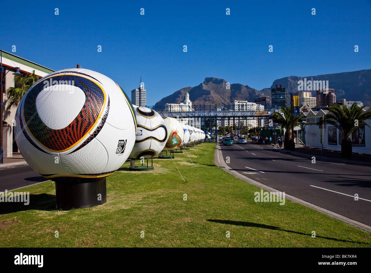 Palloni giganti lungo una strada di Città del Capo in Sud Africa Foto Stock