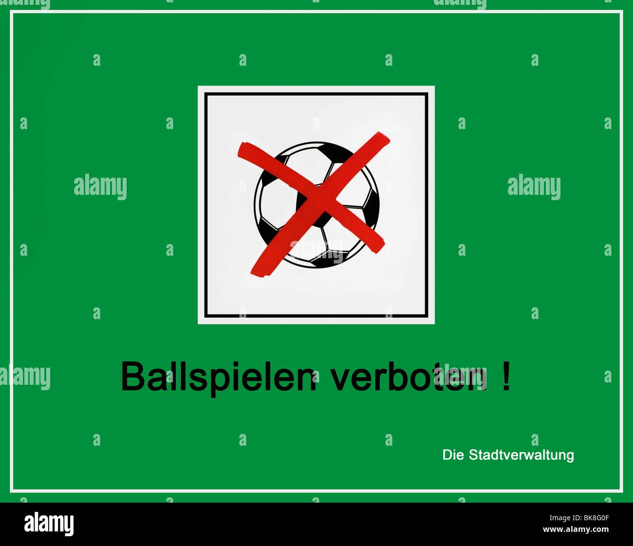 Segno verde, information board, barrato calcio, 'giochi con la palla vietato! Comune' Immagini Stock