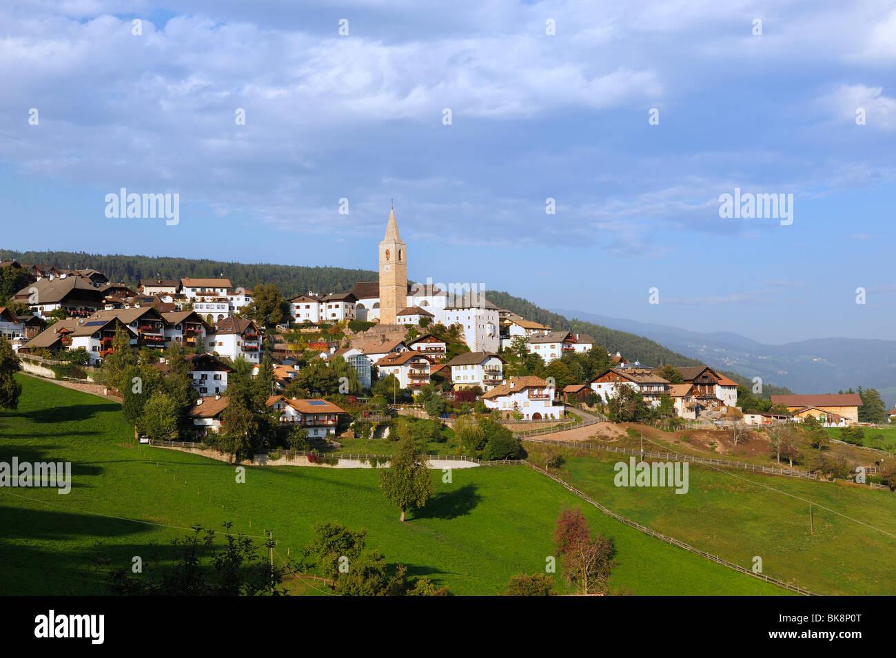 Genesio comunità sull'altopiano del Salto a circa 1100m sul versante meridionale del monte. Tschoegglberg, Immagini Stock