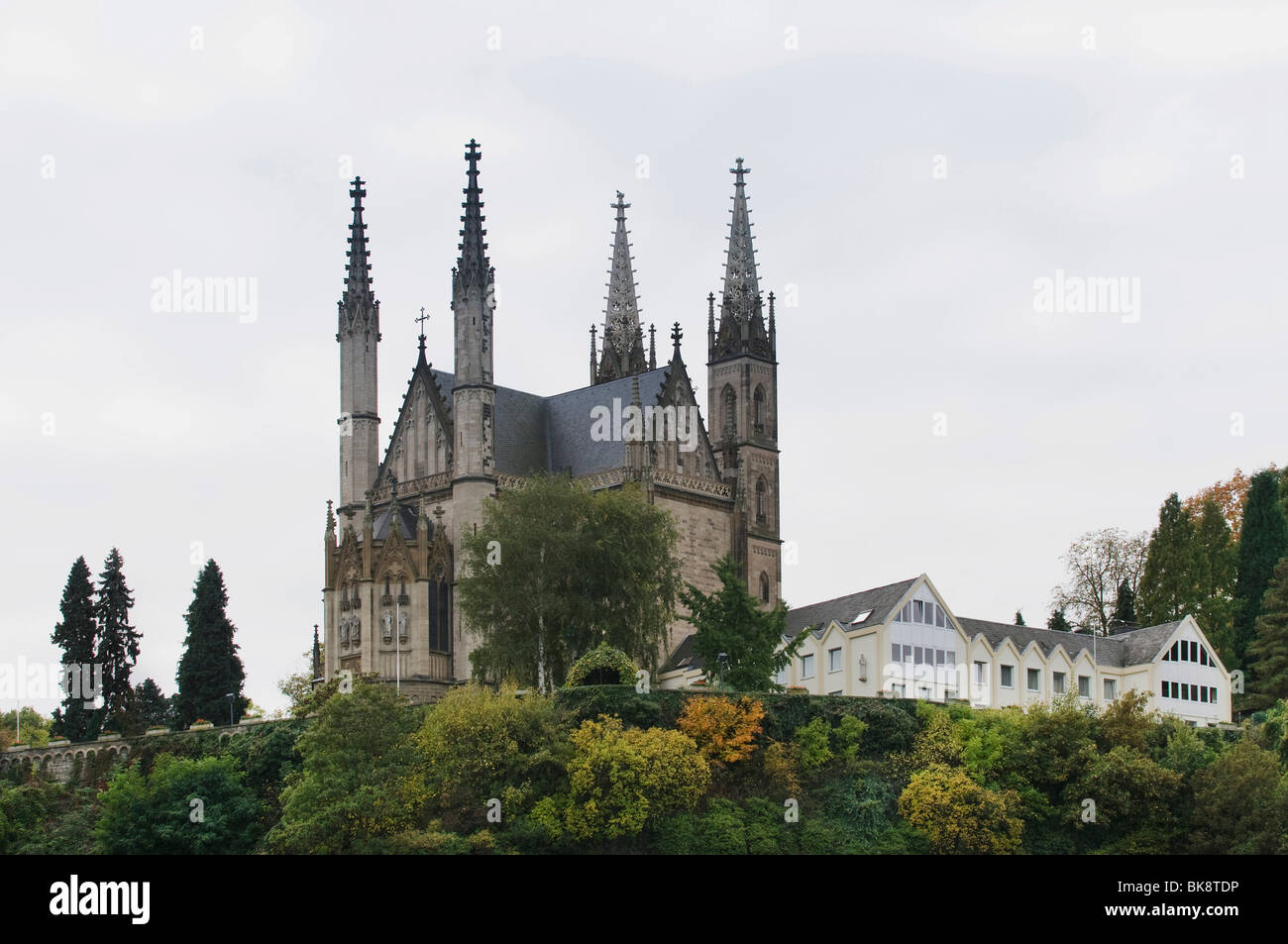 Chiesa del pellegrinaggio di San Apollinare con edifici agricoli, Remagen, Renania-Palatinato, Germania, Europa Immagini Stock
