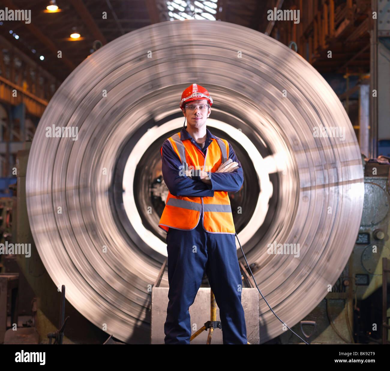 Ingegnere in parte anteriore del tornio in acciaio Foto Stock