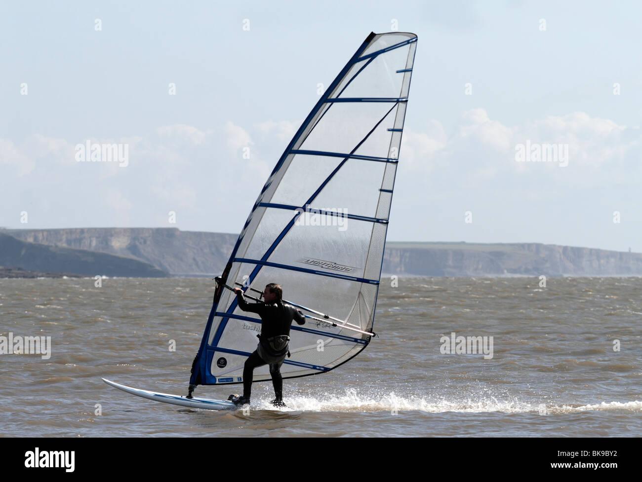 Windsurfers vicino alla spiaggia di Baia Trecco Porthcawl Immagini Stock