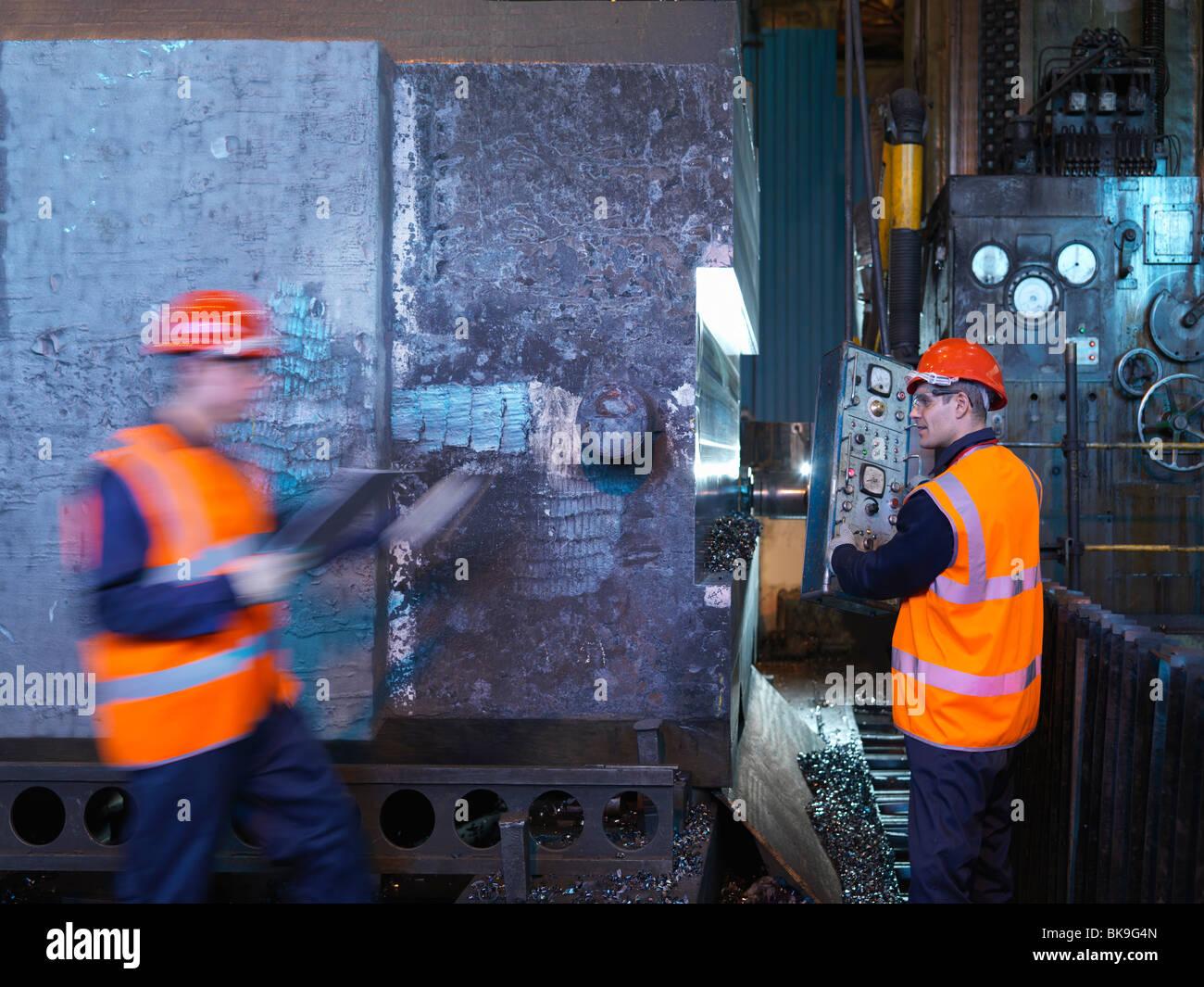 Gli ingegneri che lavorano con acciaio forgiato Immagini Stock