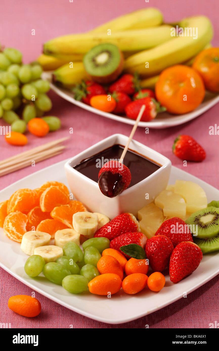 Gli spiedini di frutta con il cioccolato. Ricetta disponibile. Immagini Stock