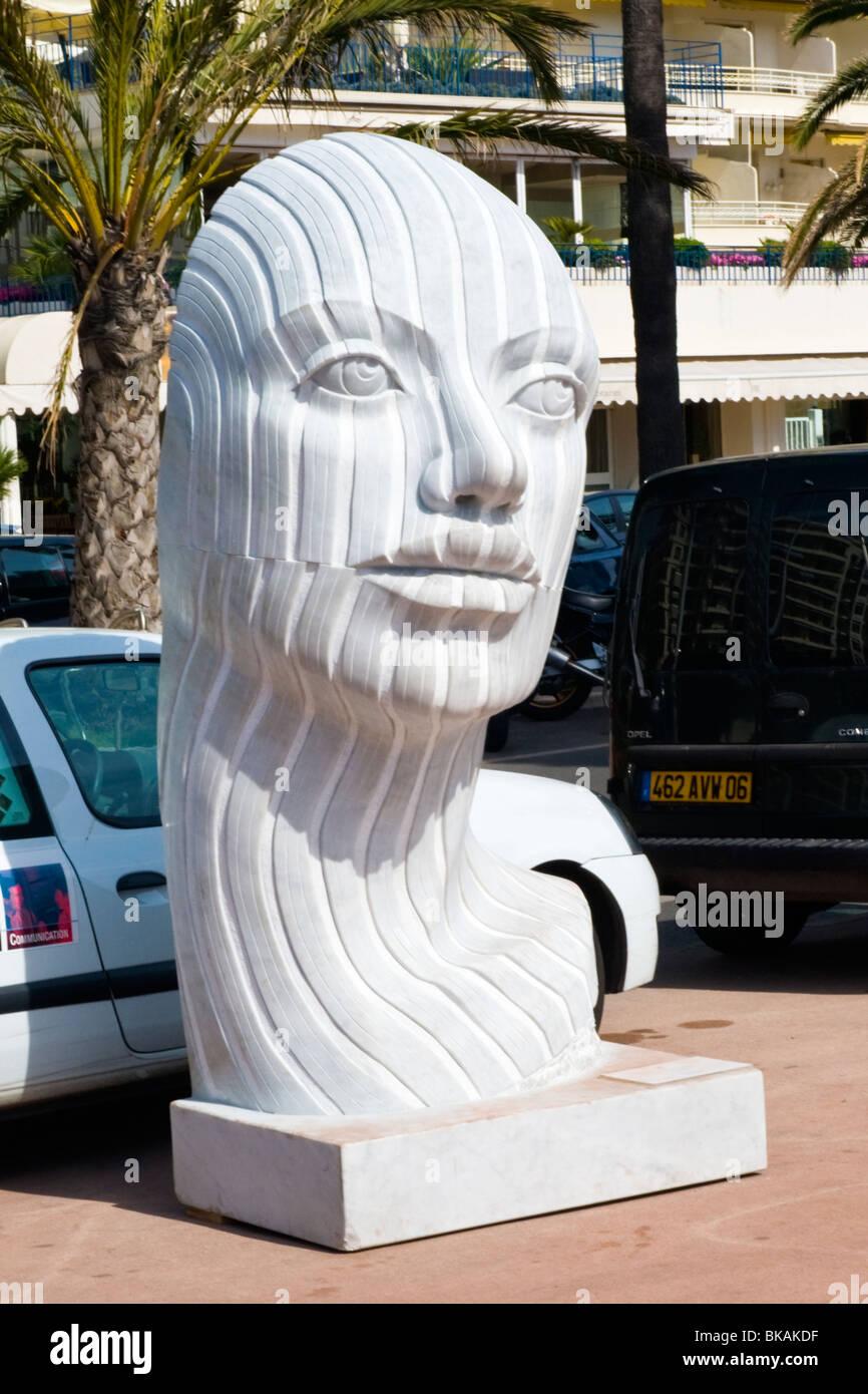 Cannes , La Croisette , Rabarama Ri-volto della scultura contemporanea o statua , testa rappresenta la dualità Immagini Stock