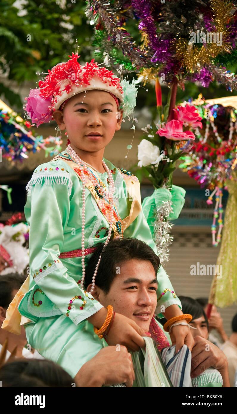Cerimonia per i ragazzi in procinto di diventare novizio i monaci buddisti dal popolo Shan della Birmania che vivono Immagini Stock
