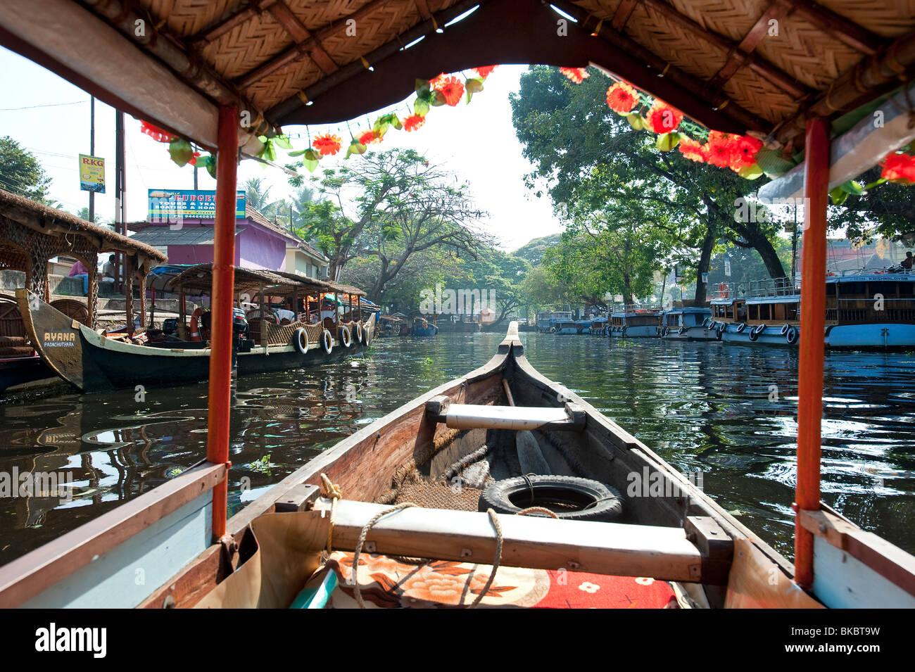 Barche in città, Alleppey backwater, Kerala, India Immagini Stock