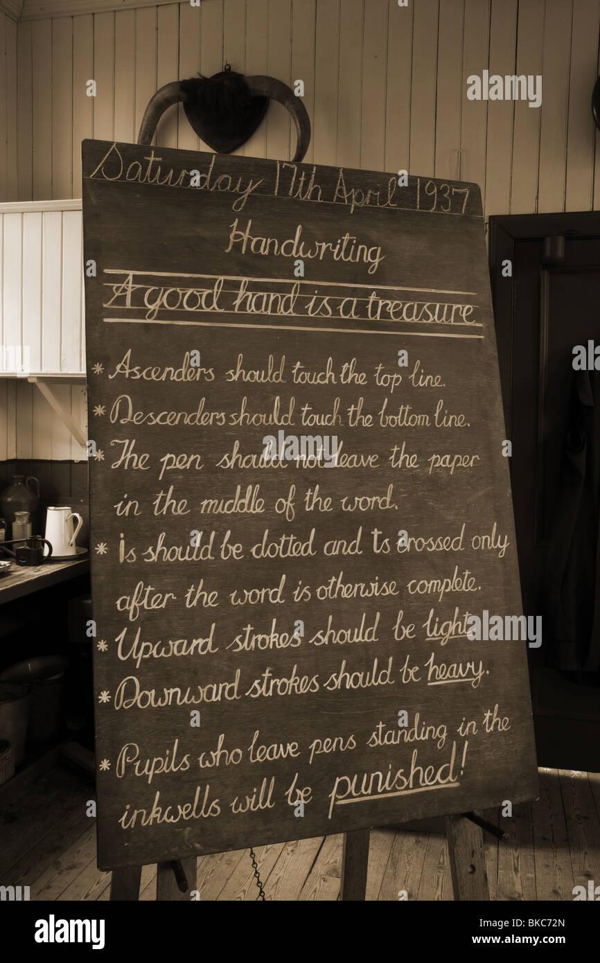 Istruzione esempi di scrittura su una vecchia scuola lavagna di Highland Folk Museum, Visitatore attrazione, Newtonmore, Immagini Stock