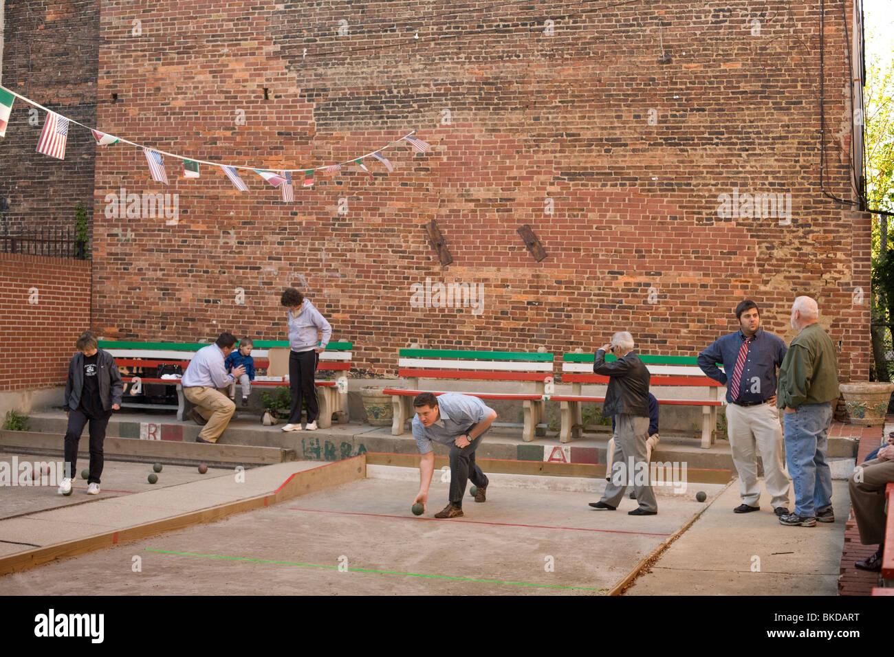 Riproduzione di bocce in Little Italy, Baltimore, Maryland Immagini Stock