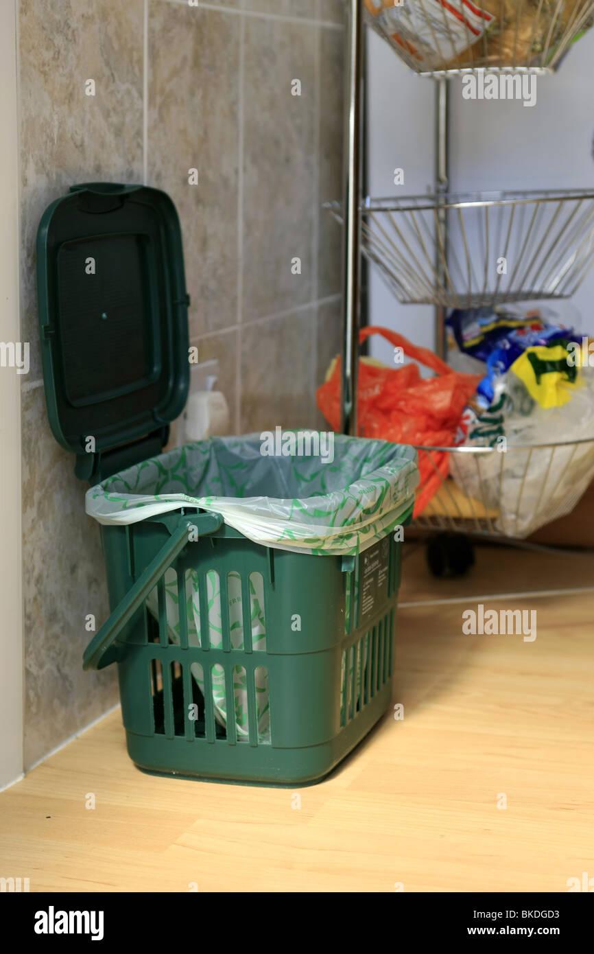 Un cibo verde del riciclo dei rifiuti bidone della spazzatura per l ...
