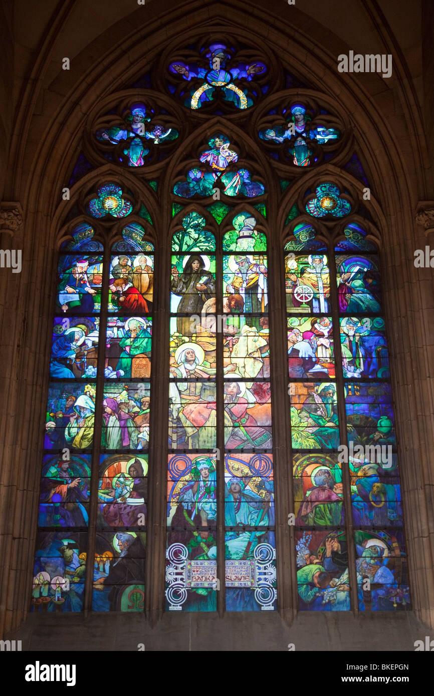 Finestra di Alfons Mucha, San Vito la cattedrale e il castello di Praga, Praga, Repubblica Ceca Immagini Stock