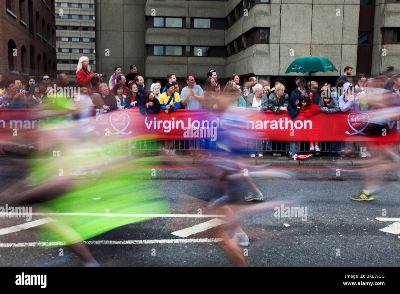 Guide di scorrimento nel 2010 Virgin London Marathon. Immagini Stock