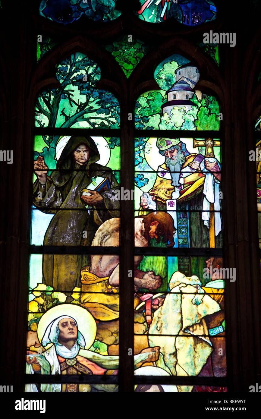 Dettaglio della finestra di Alfons Mucha, San Vito la cattedrale e il castello di Praga, Praga, Repubblica Ceca Immagini Stock