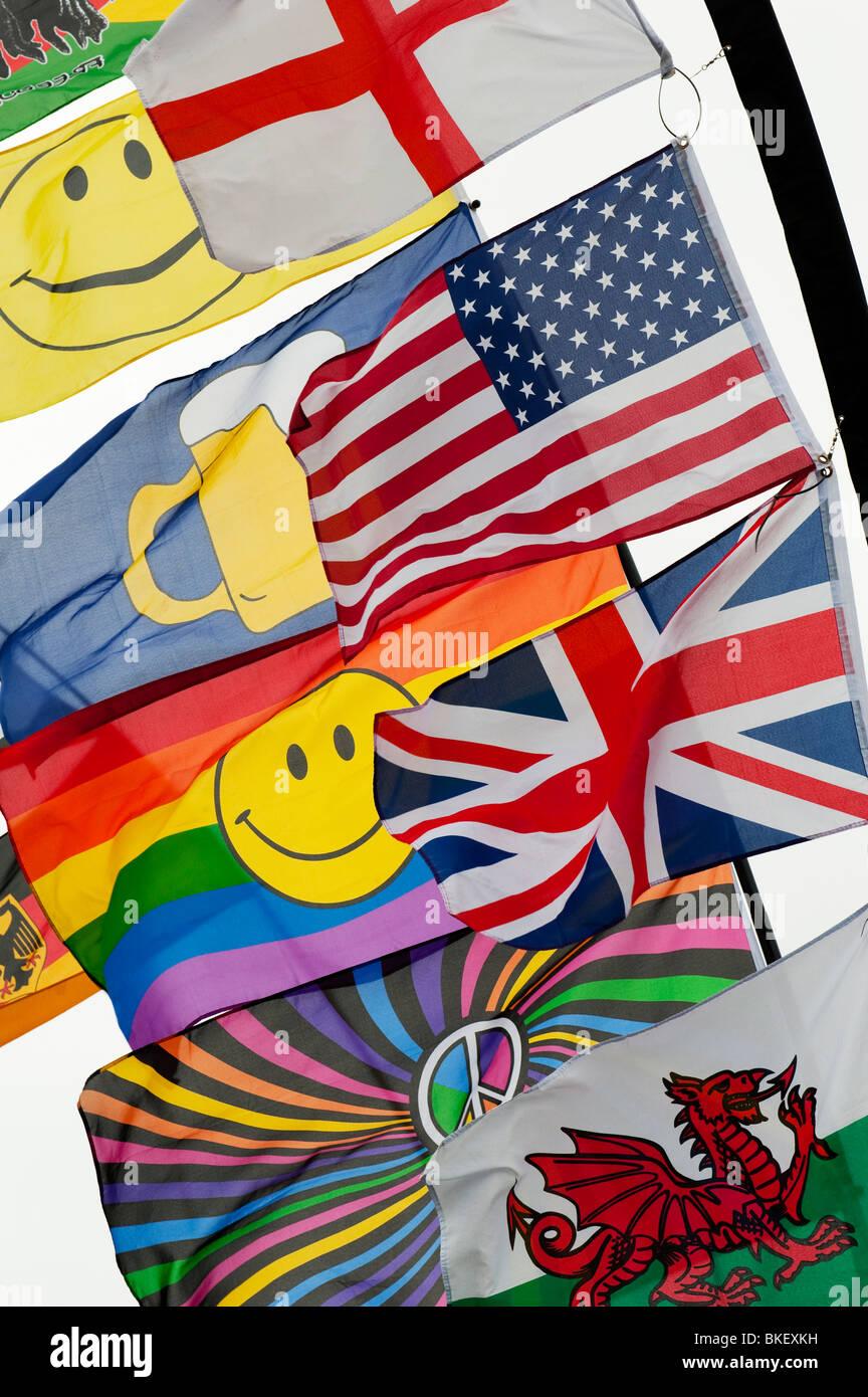 Luminose bandiere colorate includente una unione jack, bandiera americana, bandiera gallese e una faccina sorridente Immagini Stock