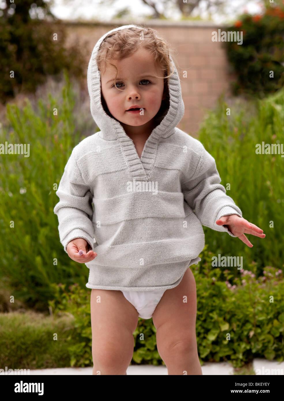 Il Toddler girl in grigio felpa con cappuccio Immagini Stock
