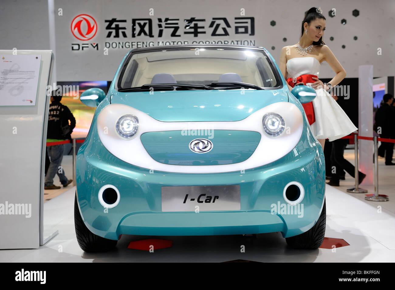 Un modello pone accanto a Dongfeng Motor Group Co. I-Car concept, visualizzato presso il Beijing Auto Show 2010. Immagini Stock