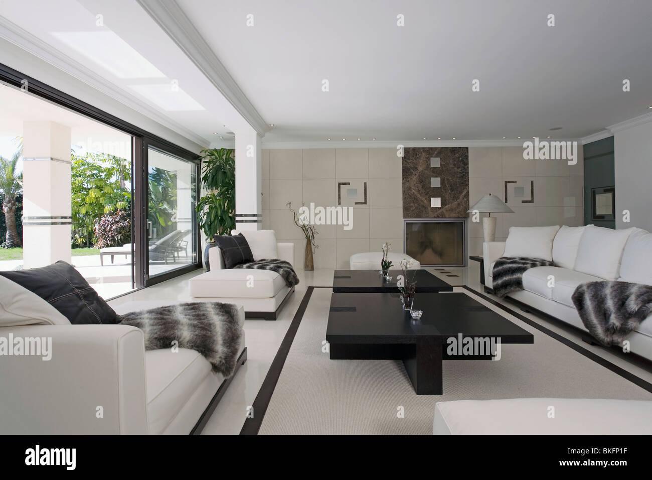 Divani Bianchi Moderni : Nero white getta su divani bianchi in grande e moderno di colore