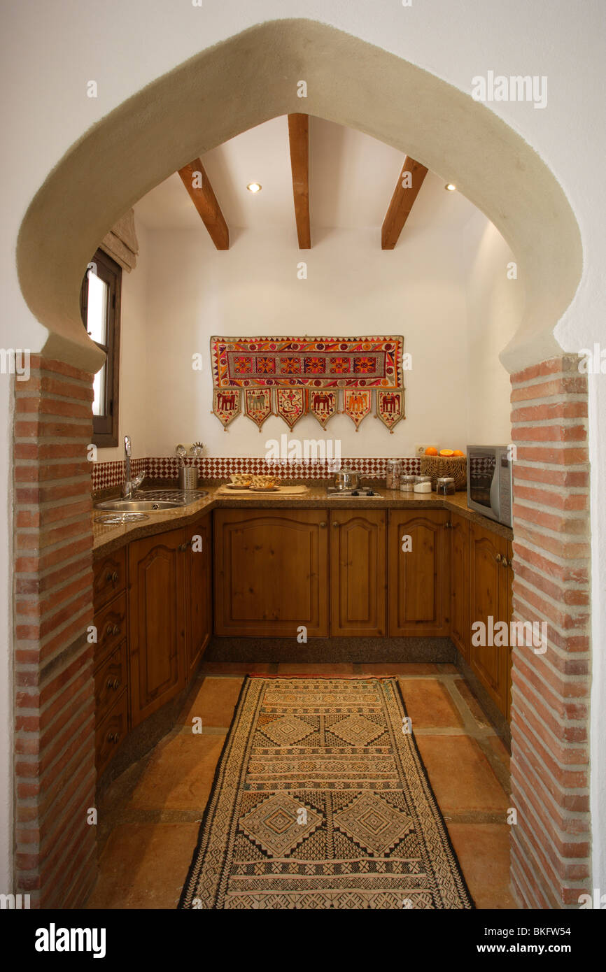 Vista attraverso di stile Marocchino arco alla piccola cucina ...